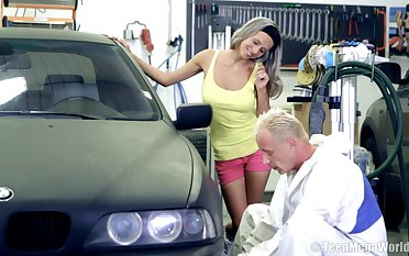 Amateur chick Tracy gets fucked by a stranger on her car. Thither HD
