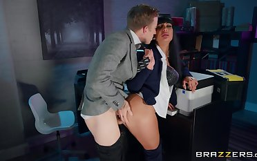 Amateur MILF gets laid down winning election with the new boss