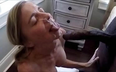 Older wife is taking a chunky facial of a diabolical bull