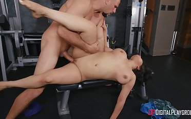 Sporty woman feels like letting her trainer fuck her a few rounds