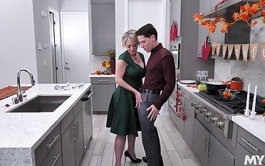 Too voracious for semen curvy MILFie housewife Dee Williams fucks in chum around with annoy kitchen