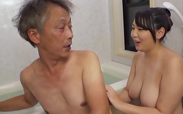 Curvaceous Asian Minazumi Hikari applies yourself when pleasing an elder statesman guy