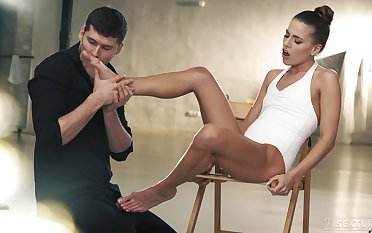 After fucking, Eveline Dellai finishes off a lover with a hot footjob