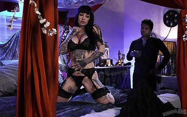 Tattooed babe Jessie Lee is fucked by tattooed dude Small Hands