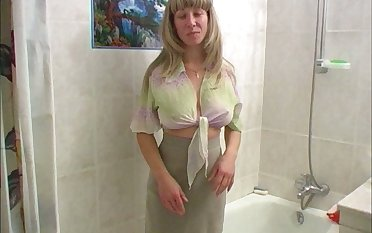 Svelte mediocre light haired bitch pisses while taking a shower