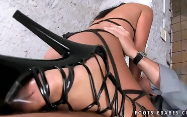 Foot job wean away from sexy brunette in strapping