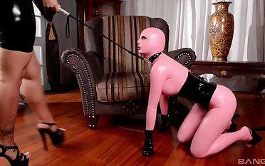 Derisory floosie Lucy Latex enjoys having sex with median Kyra Hot