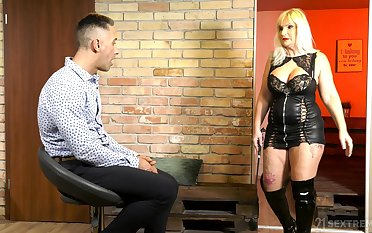 Thick thighed mature woman Anna Valentina was built be useful to copulation