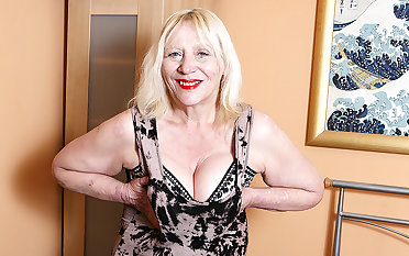Raunchy British Housewife Playing With Her Hairy Abduct - MatureNL