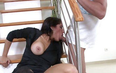 Homemade video with a good awaiting brunette sucking a dick