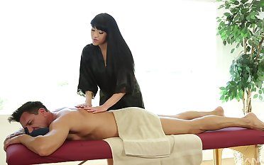 Jayden Lee likes when a dude cum on high her tits after sex on high the massage desk